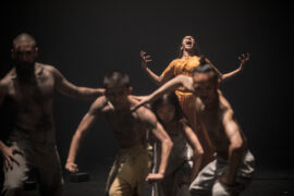 """Zdjęcie: Inne odcienie subtelności – o spektaklach Festiwalu ImPulsTanz 2021: Akram Khan Company """"Outwitting the Devil"""" i Emmilou Rӧβling """"FLUFF"""""""