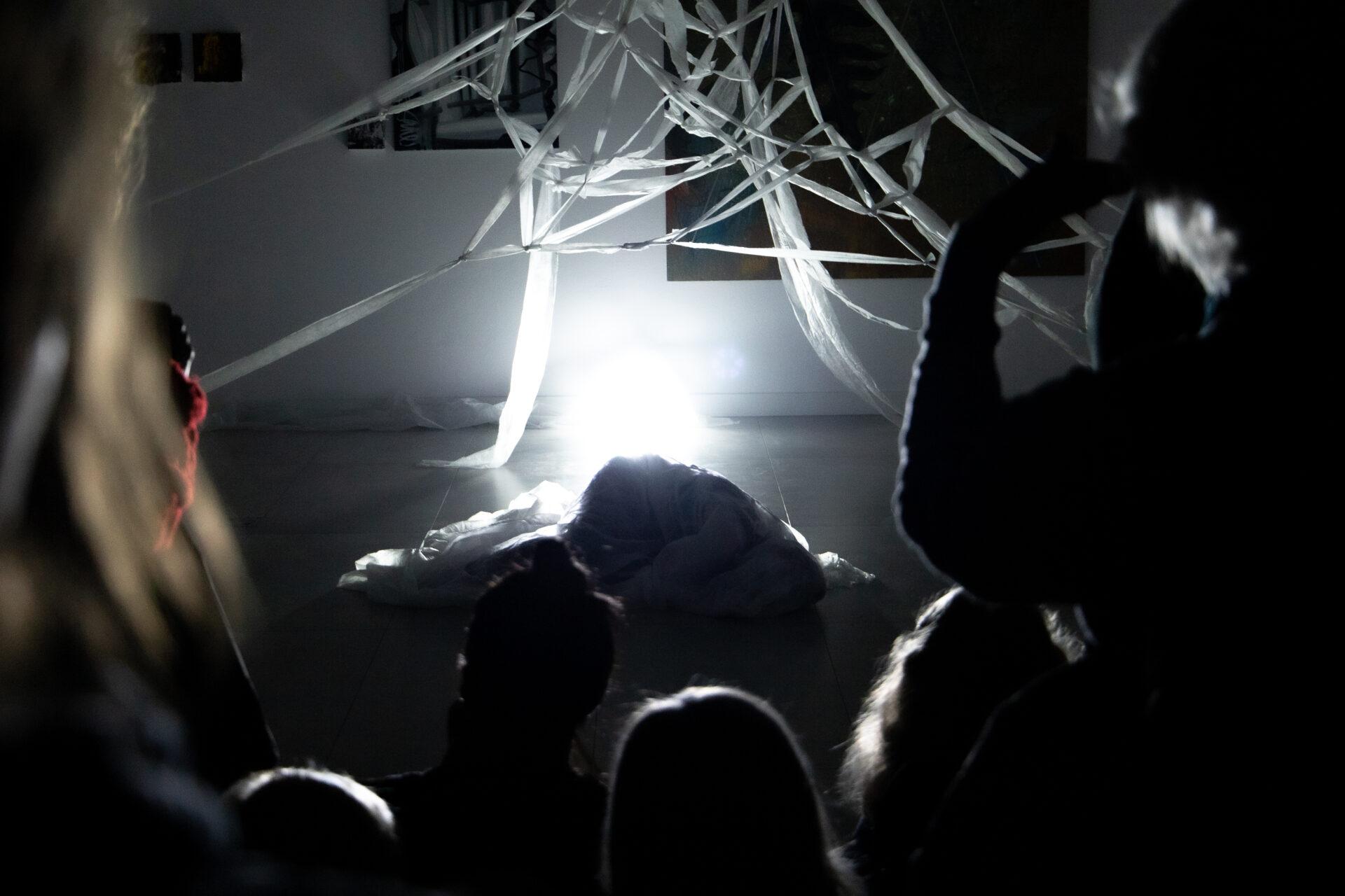"""Joanna Sarnecka, Jakub Hader """"Synesthesis"""", pokaz popremierowy w Biurze Wystaw Artystycznych, 28 sierpnia 2021. Fot. Martyna Karpowicz"""