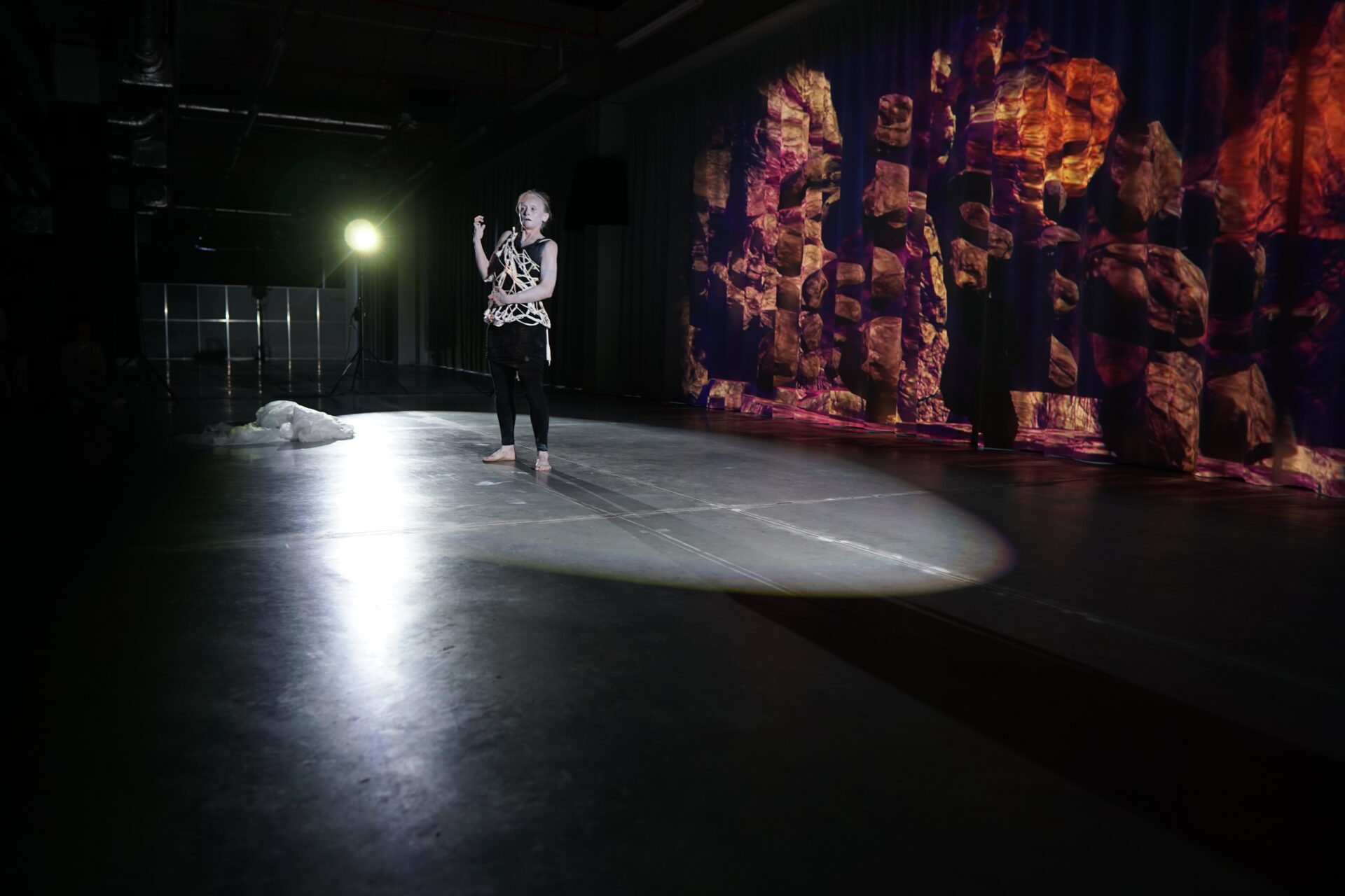 """Joanna Sarnecka, Jakub Hader """"Synesthesis"""", pokaz premierowy w Galerii Rzeszów, 25 sierpnia 2021. Fot. Weronika Krupa"""
