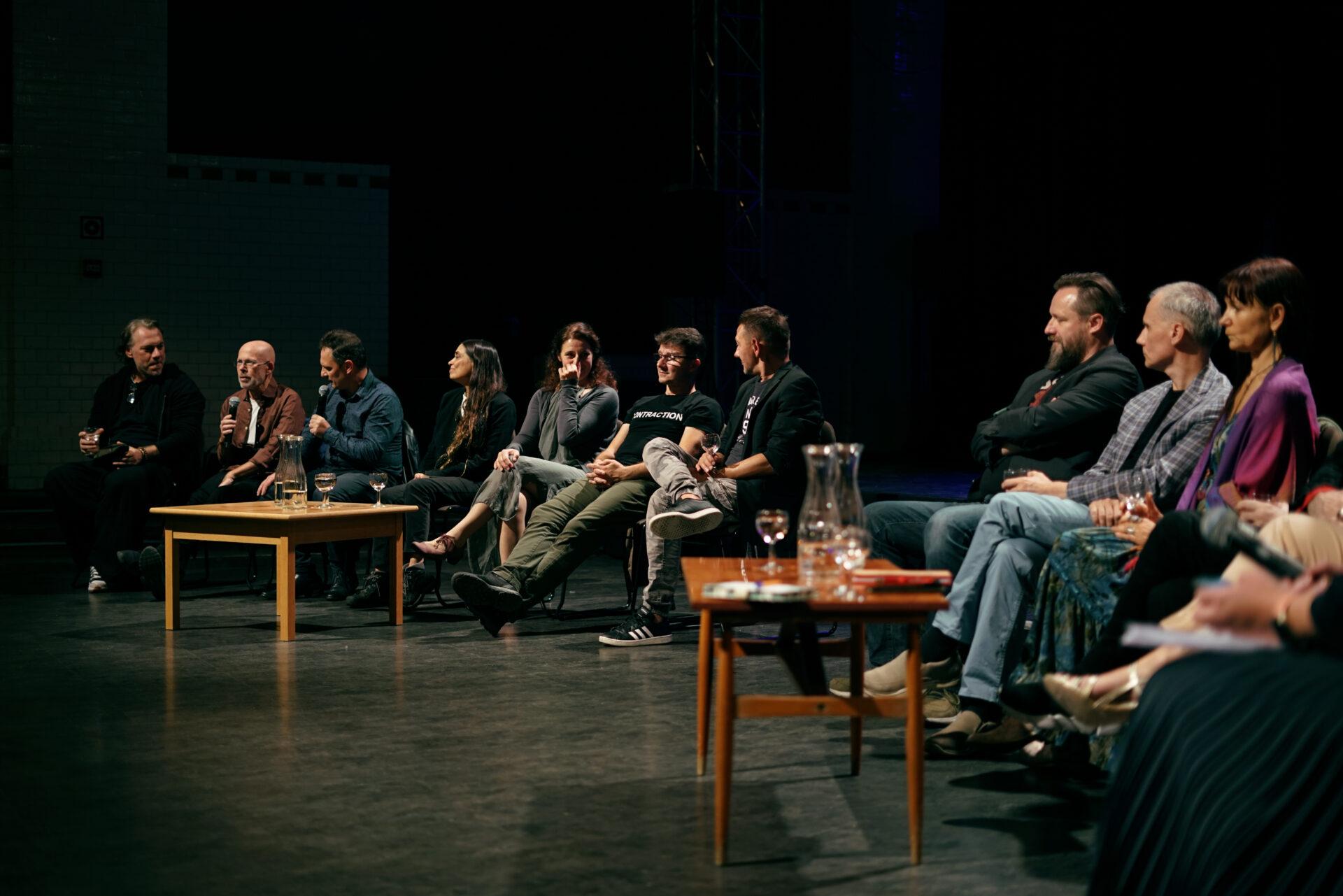 """Dyskusja z udziałem tancerzy na temat spektaklu """"Short Stories. Powrót"""" (chor. Avi Kaiser) w Teatrze ROZBARK, 29 sierpnia 2021. Fot. Aleksandra Staszczyk"""