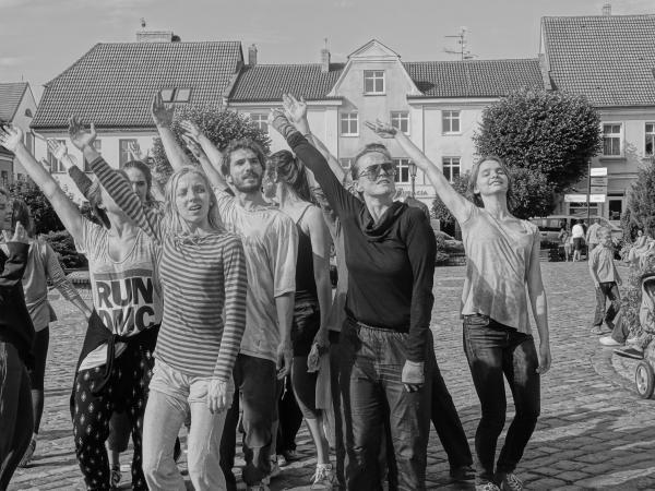 """Zdjęcie: Warszawa/Centrum Sztuki Tańca w Warszawie 2019: Anna Piotrowska """"Dance While Walking/Street of Presence"""""""
