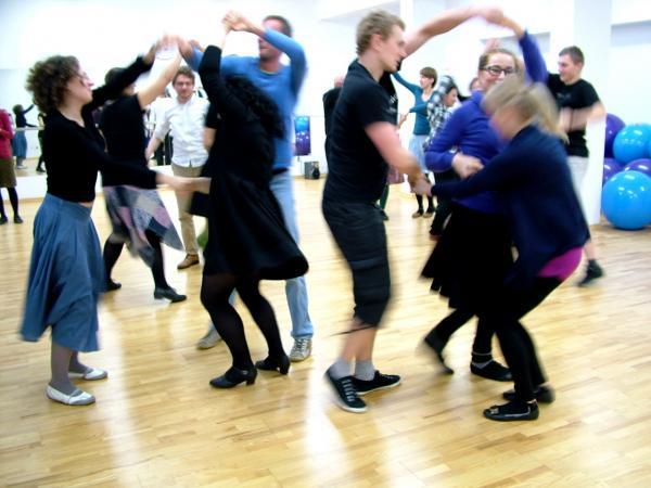 Zdjęcie: Wrocław: Warsztaty polskich tańców tradycyjnych – zabawy taneczne w formach niescenicznych. Prowadzenie: Piotr Zgorzelski