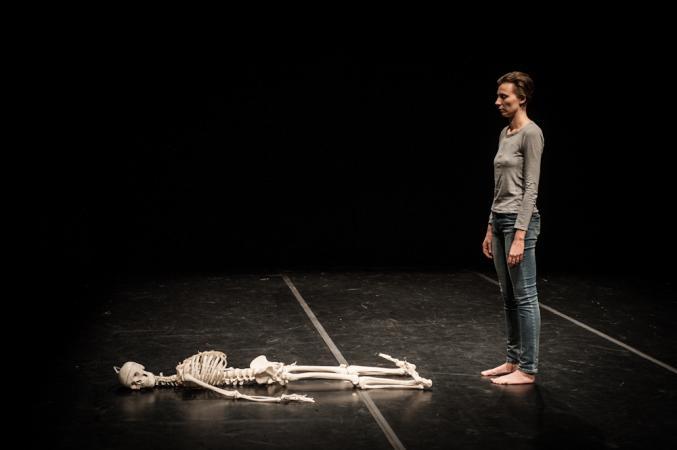 """Zdjęcie: Centrum Sztuki Tańca w Warszawie/""""EKSPRESJE 06"""": Renata Piotrowska-Auffret """"Śmierć. Ćwiczenia i wariacje"""""""