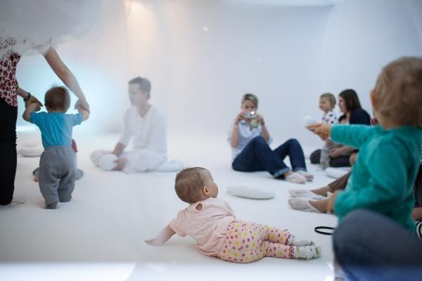 """Zdjęcie: Poznań/SBNT dla Dzieci 2015 – Roztańczone rodziny: Dalija Aćin Thelander – rodzinne warsztaty w instalacji """"Baby Space"""""""