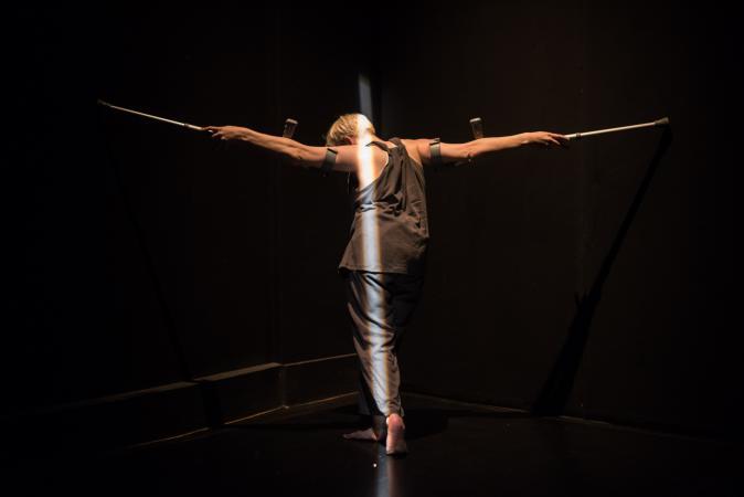 """Zdjęcie: Lublin/XIX Międzynarodowe Spotkania Teatrów Tańca: Claire Cunningham """"Give me a reason to live"""""""