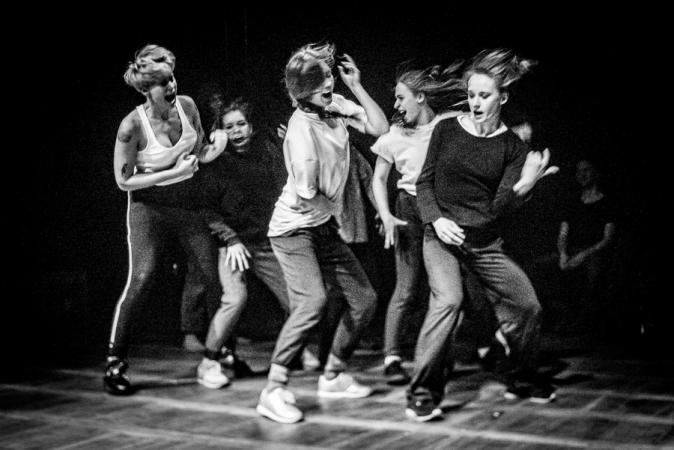 """Zdjęcie: Poznań: Fundacja Kinesfera  """"3 x 20. Improwizacja na 6 performerek, 2 muzyków oraz widownię"""""""