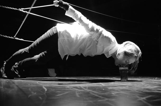 "Zdjęcie: Lublin/XIX Międzynarodowe Spotkania Teatrów Tańca: Markéta Vacovská, Lenka Dusilová & Spitfire Company & Damúza ""One step before the fall"""