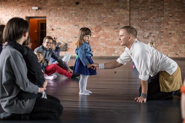 """Zdjęcie: Poznań/SBNT dla Dzieci 2015 – Roztańczone rodziny: Kacper Lipiński """"Taniec i siła"""" – warsztaty dla dzieci i opiekunów"""