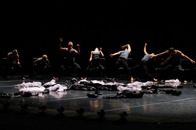 """Zdjęcie: Białystok/Scena dla tańca 2015/Zapraszamy na scenę: Polski Teatr Tańca """"Minus 2"""" – chor. Ohad Naharin"""