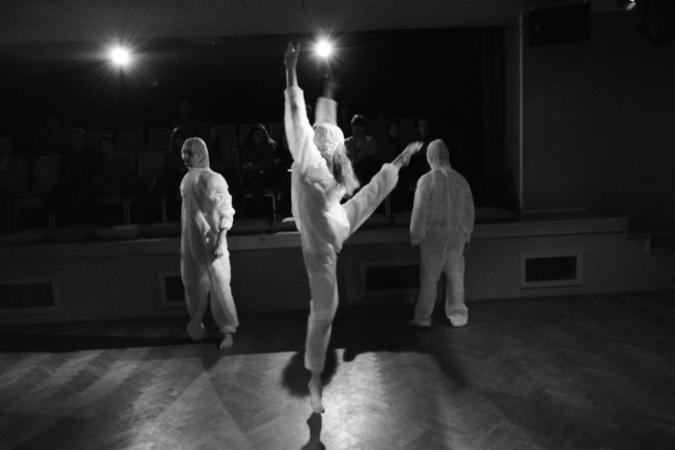 """Zdjęcie: Warszawa/Dotknij Teatru 2014: """"Artysta. Mechanika ucieczki"""" – spektakl teatru fizycznego. Opieka artystyczna: Dawid Żakowski"""