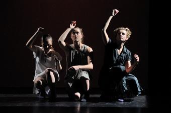 """Zdjęcie: Tarnów/II Festiwal Teatrów Tańca Scena Otwarta: Kompania Primavera """"Panny z Wilka – Short Story / Madryt 03 Akt 2"""""""