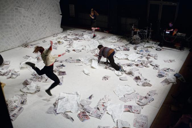"""Zdjęcie: VI Gdański Festiwal Tańca/""""Rezydencja/premiera 2014"""": Katarzyna Kania, Daniela Komędera, Piotr Stanek """"Zrabowali mi składaka"""""""